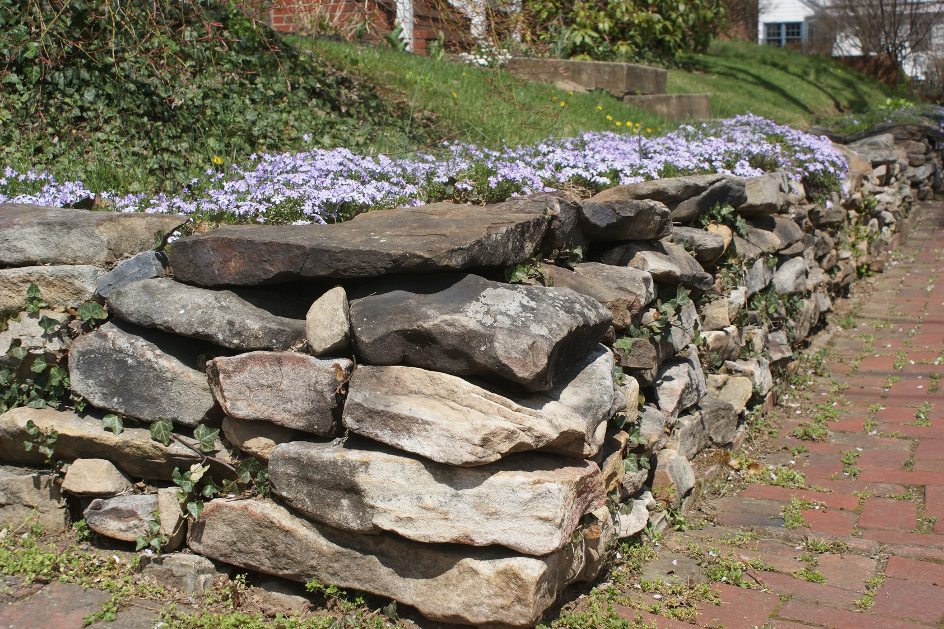 Natural Stone Retaining Walls and Ways to Build That